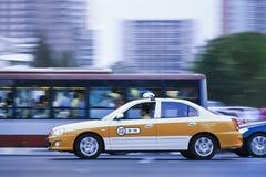 Autobus et impôt du centre au crépuscule, Pékin, Chine Image stock