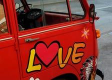 Autobus hippie rouge d'amour Photo libre de droits