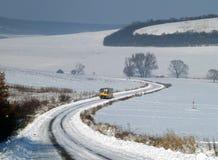 Autobus isolé s'élevant sur une route d'hiver Images libres de droits