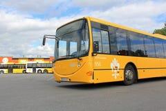 Autobus jaune de ville au dépôt Image stock