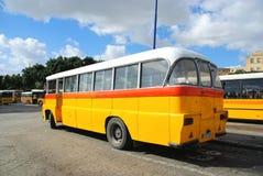 Autobus jaunes à Malte Photo libre de droits