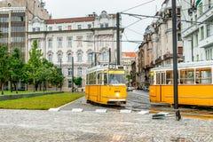 Autobus jaunes pour le transport en commun en Hongrie Photographie stock libre de droits