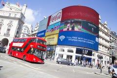 Autobus jedzie past dużego ekran tv w cyrku picadilly Obraz Royalty Free
