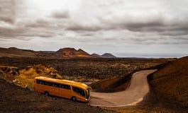 Autobus jedzie wokoło wyspy wokoło wulkanu obrazy royalty free