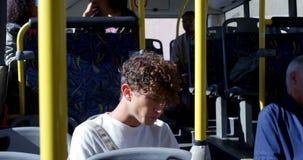 Autobus masculin 4k d'embarquement de banlieusard banque de vidéos