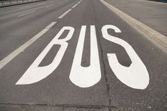 Autobus na asfalcie Obrazy Royalty Free