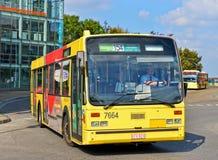 Autobus opuszcza stację blisko Palais des sztuk w centrum Charleroi Fotografia Royalty Free