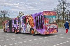 Autobus ou Russebuss de Russ dans la ville de Halden, Norvège Høvdingen image stock