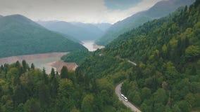 Autobus podróżuje na halnej drodze, góra, powietrzna fotografia, strzela od copter zbiory