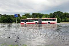 Autobus próbuje jechać przeciw powodzi na ulicie w Gdańskim, Polska Obrazy Royalty Free