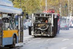 Autobus public brûlé du trafic images libres de droits