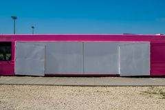 Autobus rose de nourriture Copiez l'espace photos stock