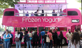 Autobus rose de yaourt Photo libre de droits