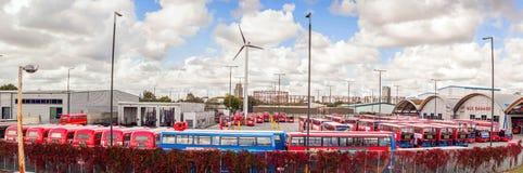 Autobus rouges célèbres, un de garages à Londres, le Royaume-Uni Photos libres de droits