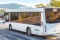 Autobus rusza się na halnej drodze wzdłuż dennego brzeg Obraz Stock