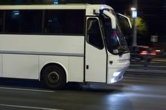 Autobus rusza się przy nocą Obraz Stock