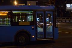 Autobus rusza się przy nocą Fotografia Royalty Free