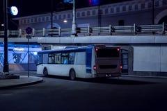 Autobus rusza się przy nocą Obrazy Stock