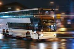 Autobus rusza się w nocy mieście Zdjęcia Royalty Free