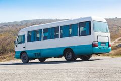 autobus rusza się wzdłuż autostrady Obraz Stock