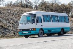 autobus rusza się wzdłuż autostrady Obrazy Royalty Free