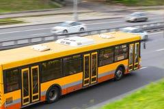 autobus rusza się wzdłuż ulicy Zdjęcie Royalty Free