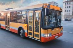 Autobus rusza się na miasto ulicie Fotografia Royalty Free