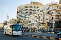 Autobus rusza się na Sheraton ulicie w Hurghada Egipt Zdjęcia Royalty Free