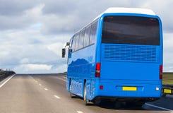 Autobus Rusza się na wiejskiej drodze Fotografia Royalty Free