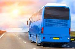 Autobus Rusza się na wiejskiej drodze Obraz Royalty Free