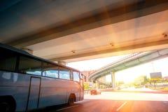 Autobus rusza się pod mostem na autostradzie Obraz Stock