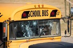 Autobus scolaire augmenté rapidement avec des trous de balle après tir images libres de droits