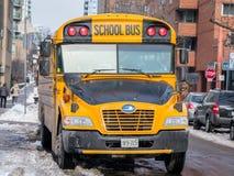 Autobus scolaire bleu de vision d'oiseau en service à Toronto, Canada Photos stock