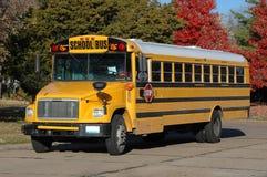 Autobus scolaire dans le voisinage Photographie stock
