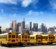 Autobus scolaire dans une rangée au bâti de photo d'horizon de LA Images stock
