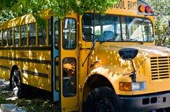 Autobus scolaire de attente Photographie stock