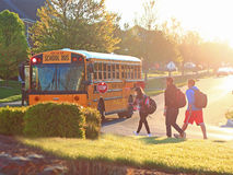Autobus scolaire de matin Photos stock