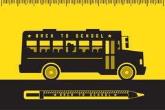 Autobus scolaire de nouveau à l'école Photos libres de droits