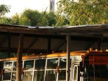 Autobus scolaire de vintage dans le vieux parking photo stock