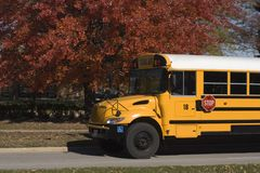 Autobus scolaire et couleurs d'automne Image libre de droits