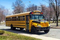 Autobus scolaire garé sur la rue image libre de droits
