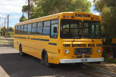 Autobus scolaire jaune photographie stock libre de droits