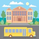 Autobus scolaire près de l'école Images libres de droits