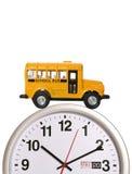 Autobus scolaire sur l'horloge photographie stock