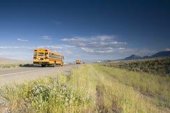 Autobus scolaire sur la route images libres de droits