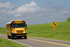 Autobus scolaire sur la route Photo stock