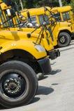 Autobus scolaires alignés pour transporter des enfants Photo stock
