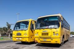 Autobus scolaires jaunes à Manama, Bahrain Photos stock