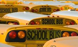 Autobus scolaires jaunes dans un parking Images stock