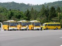 Autobus scolaires sud-coréens dans le parking Images libres de droits
